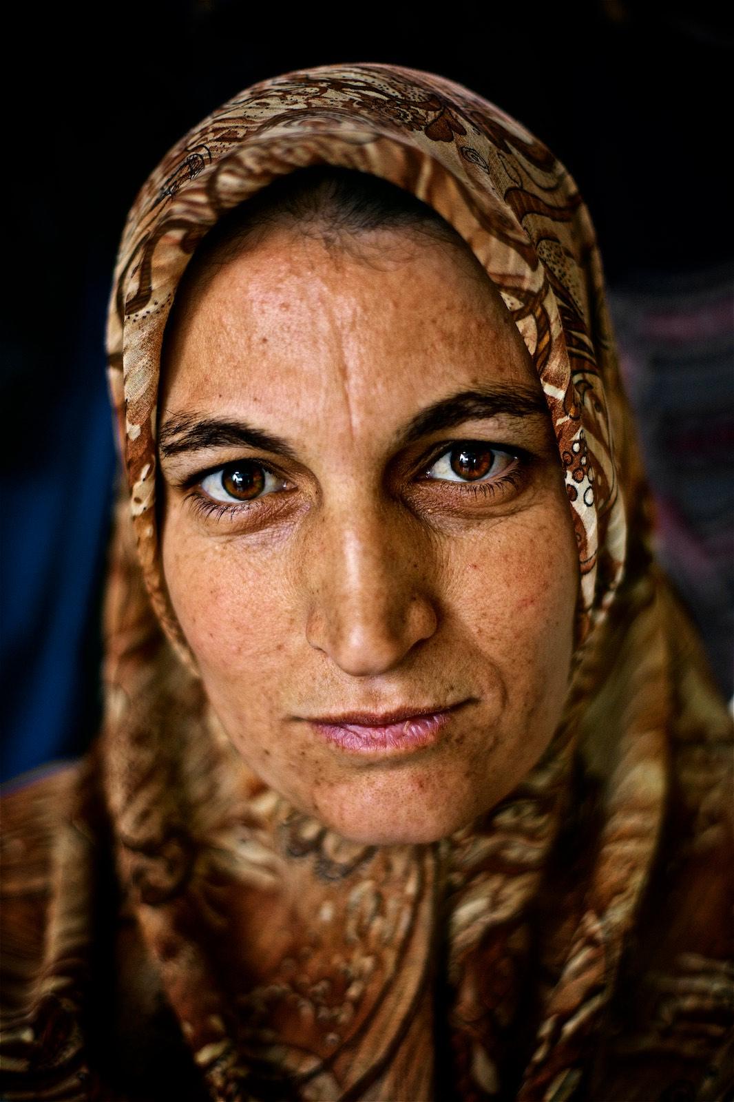 Shayma je mladá, má len niečo cez tridsať, ale tri roky v tábore na jej tvári zanechali hlboké stopy. (photo: Denis Bosnic)