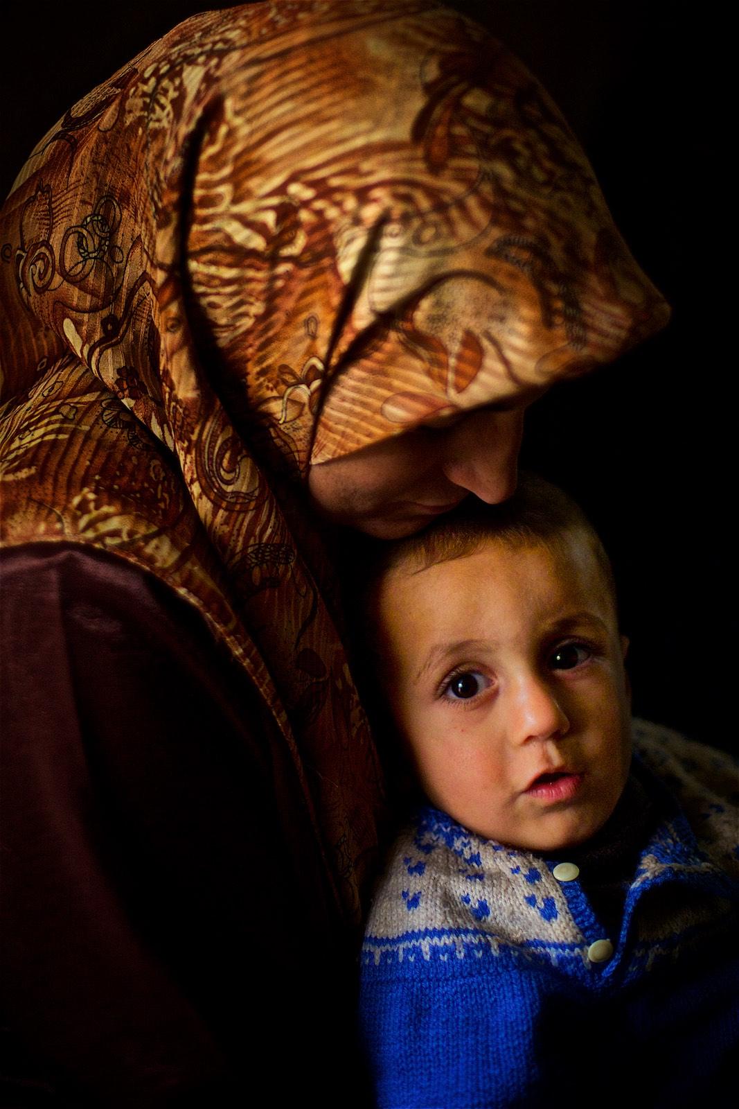 """""""Dve z mojich troch detí nikdy nevideli Sýriu,"""" vraví Abdulla. """"Čo pre nich bude domov? Krajina, kde nemôžu pracovať a nie je im dovolené voľne sa pohybovať?""""(photo: Denis Bosnic)"""