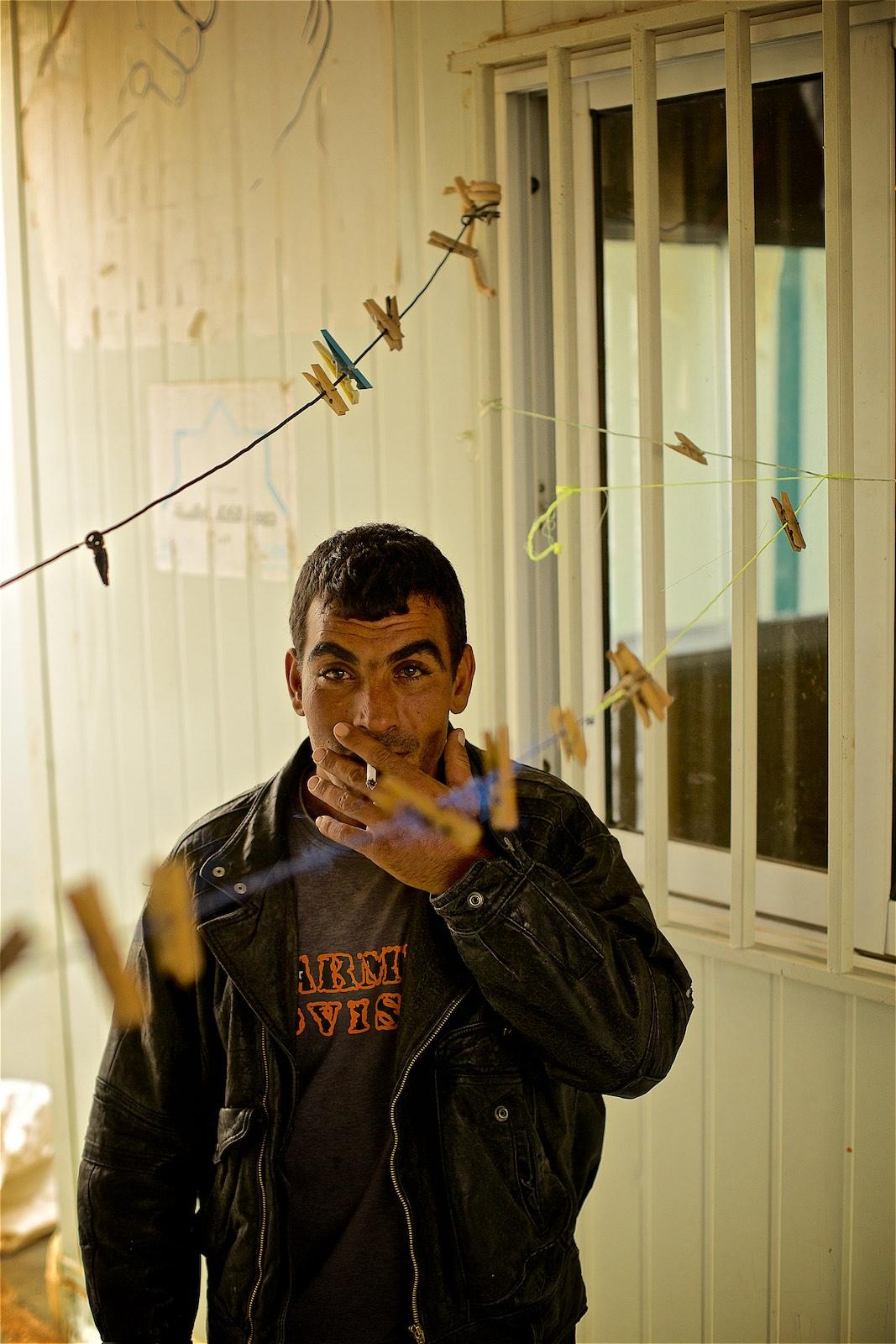 """""""V Sýrii sme žili dobre, ale po tom, čo nám začali príbuzní z vedľajšej dediny volať a hovoriť nám o ľuďoch upaľovaných zaživa... a keď sme počuli helikoptéry nad mestom, nič sme si nezbalili. Len sme sa dvihli a odiśli."""" hovorí Abdullah. (photo: Denis Bosnic)"""