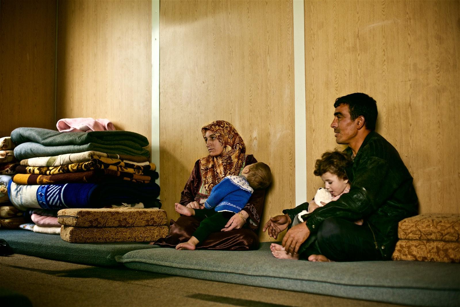 Abdallah, jeho žena dve z ich troch detí sú v tábore Zaatari už viac ako tri roky. (photo: Denis Bosnic)