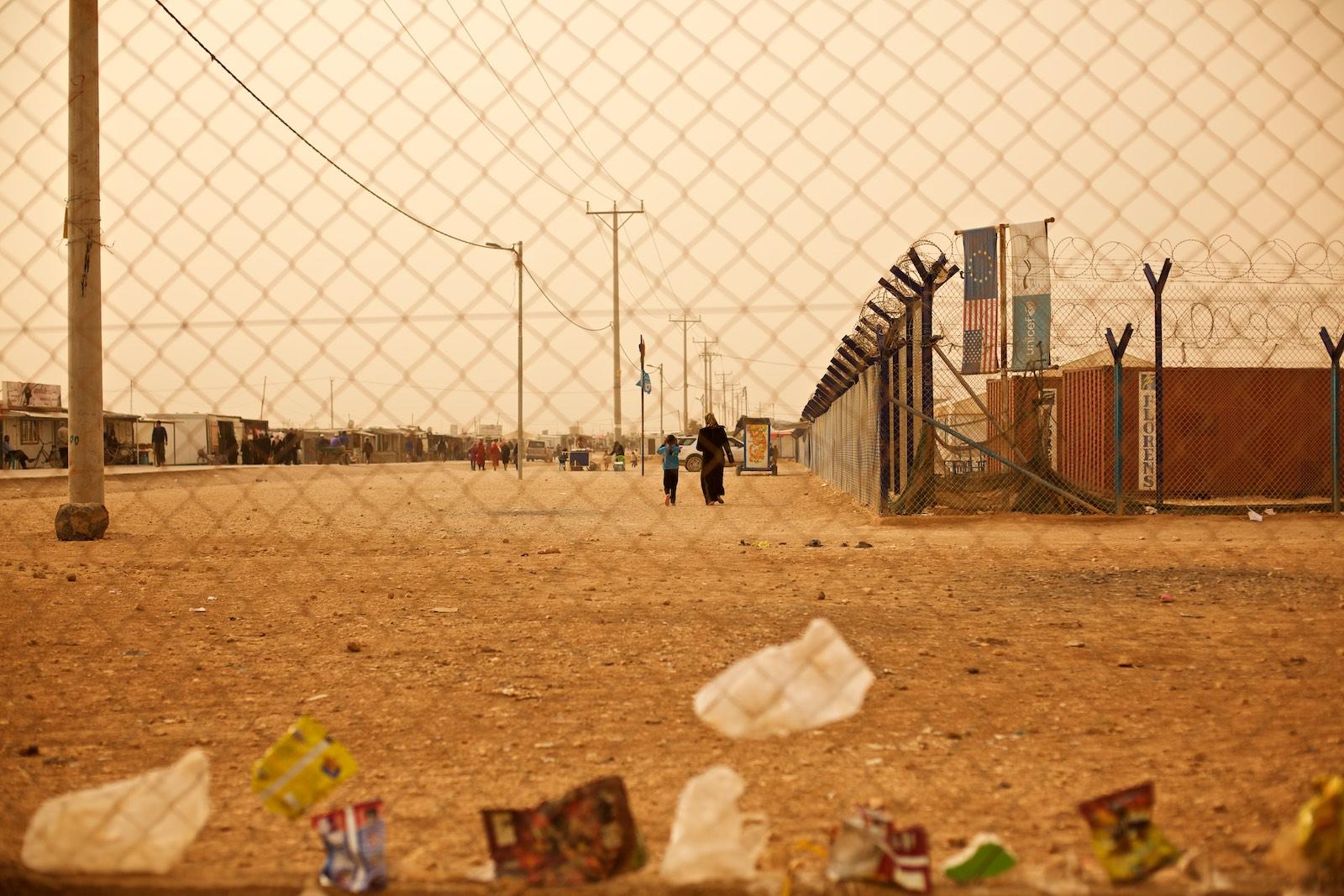 Ohradený je tábor, ohradené su budovy v tábore.Za ohradami a múrmi sú aj ľudia z medzinárodnej komunity, ktorí utečencom pomáhajú.(photo: Denis Bosnič)