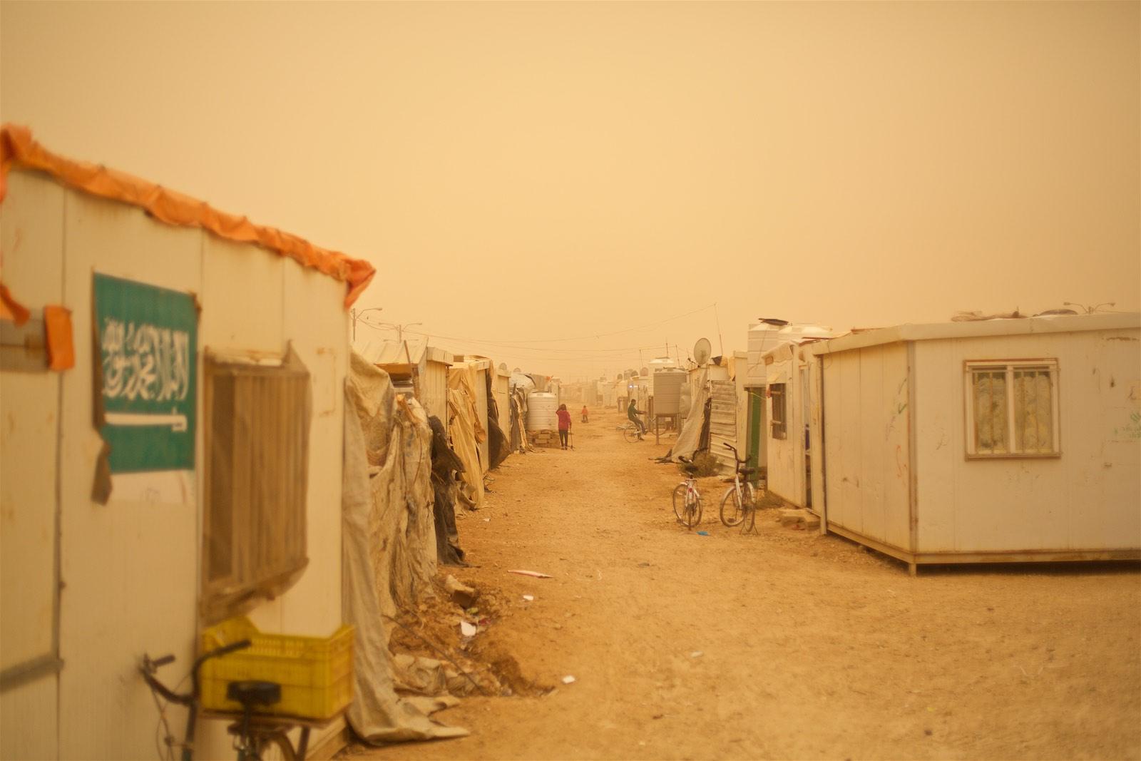 Začiatok piesočnej búrky v tábore Zaatari je pre fotografa vzrušujúca vec: všetko, od oblohy až po vzduch, je sfarbené do odtieňov žltej a ruźovej. Dýchanie tejto krásy poteší menej.(photo: Denis Bosnič)