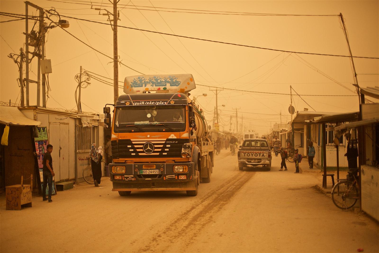Kamióny s vodou na hlavnej ulici v tábore Zaatari, Jordánsko  (photo: Denis Bosnic)