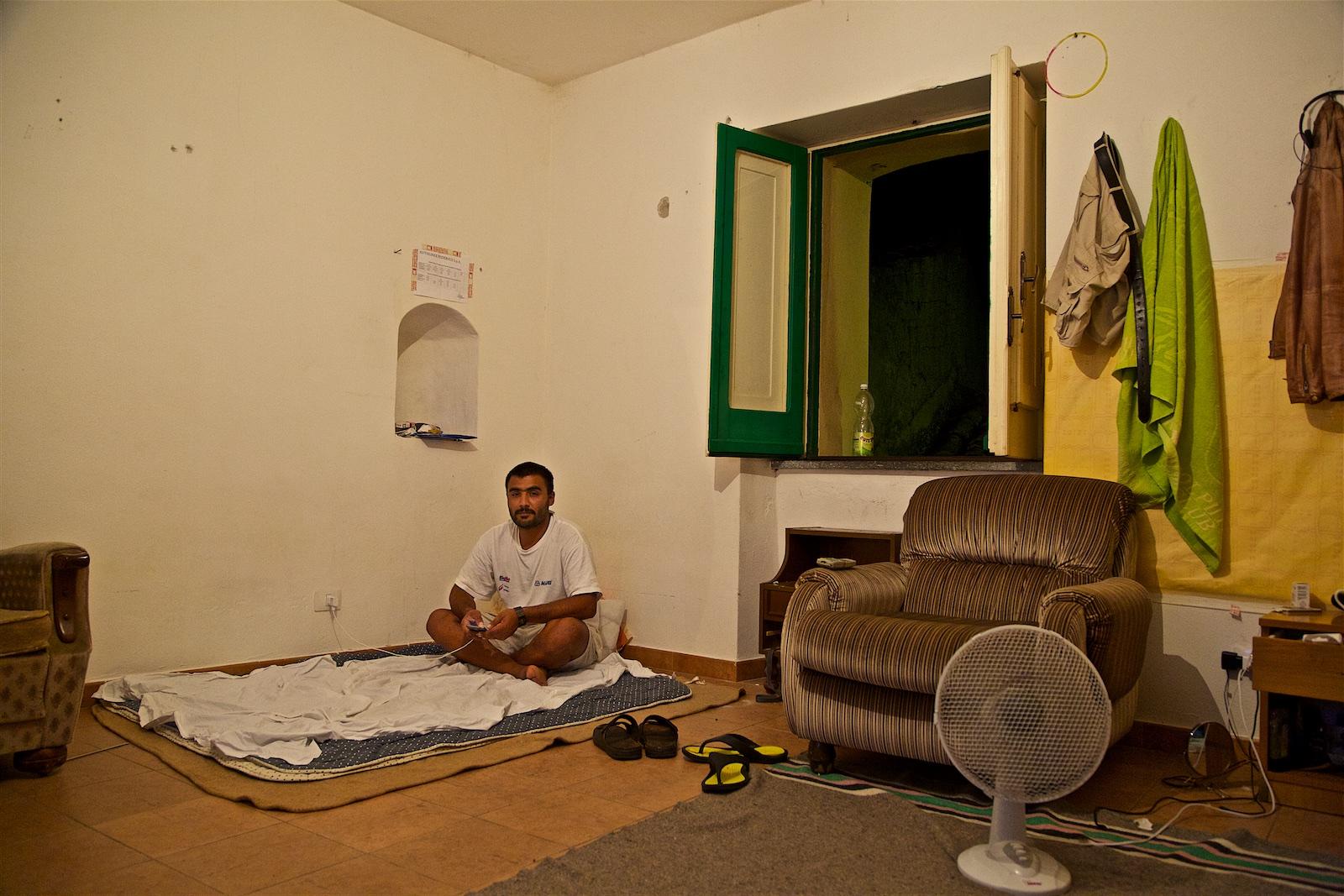 permanently-temporary-refugees-italy-rifugiati-italia-denis-bosnic-photography-portraits-7+(1).jpg