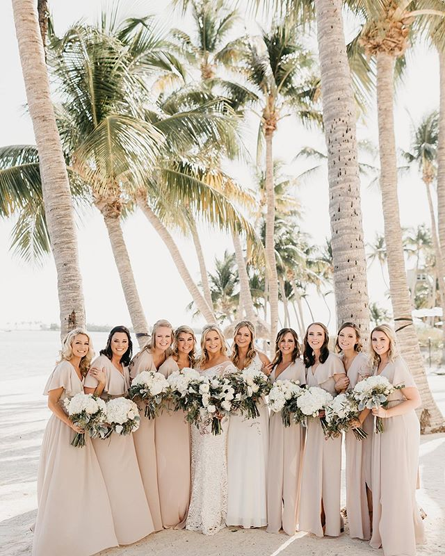 That summer palm tree vibe 🌴... who else wants to be in a hammock swinging underneath those palms on a Monday? 🙋🏻‍♀️ @brea_fullerton @bluewaterweddings @lighthousebridal @mumuweddings