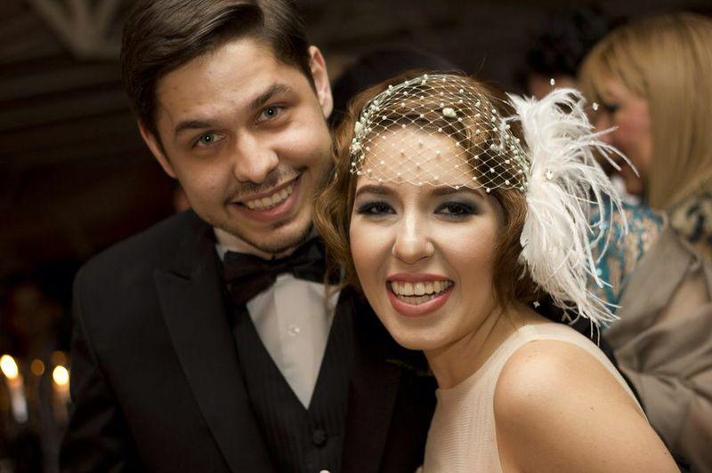 Nuestra Bellisima Novia ZuccheroVelato , en su boda años 30 luce un tocado de finas plumitas y swarovski, con mallita bordada a mano en finas perlitas, elegante y sonriente junto a su esposo .