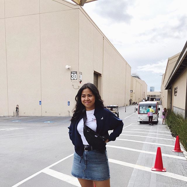 Shhhh... quiet on the set! 🎥🎞🤫 . . . . (s/o to my sister for capturing this moment of me awkwardly smiling at our tour guide 😬) . . . #tbt #fayyysbirthdaytrip2019 #fayyytravels #warnerbrothersstudiotour #losangeles #la #hollywood #california #film #set #filmset