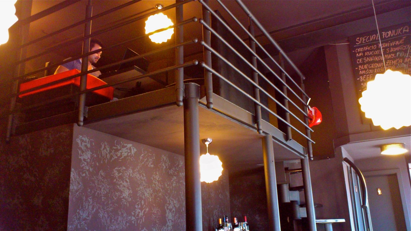 Vrchná časť reštaurácie (a spomínaný majiteľ).