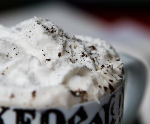 Latte s kokosovou šľahačkou