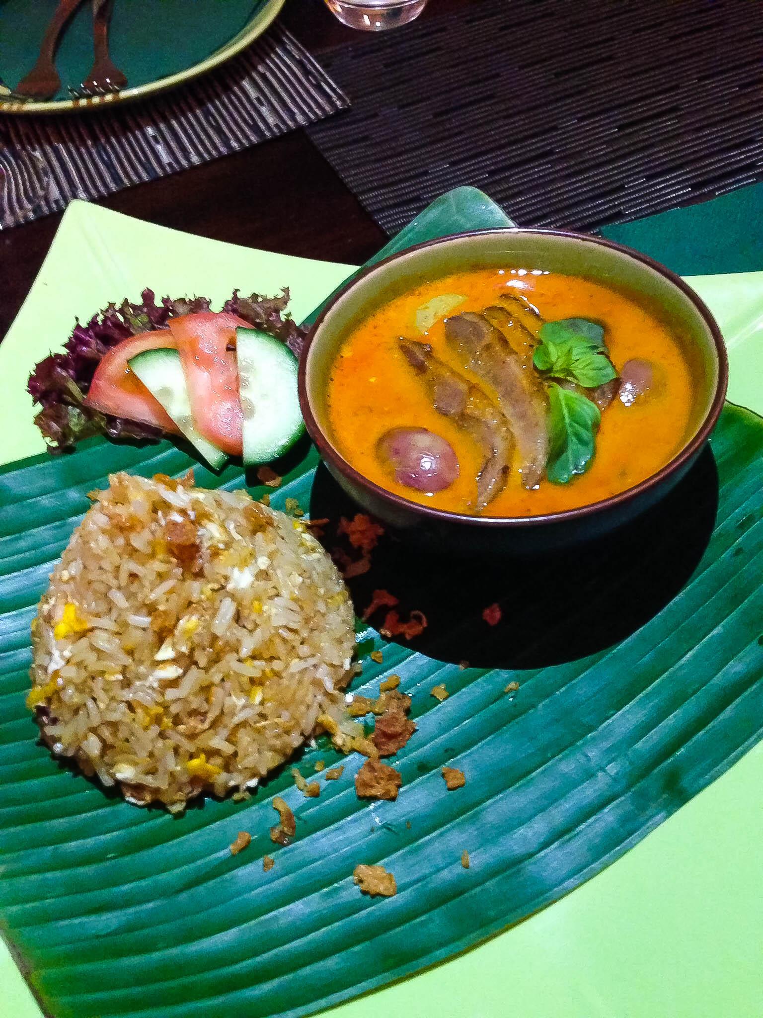 Červené kari s kačičkou, hroznom a vajíčkovou ryžou - tá bola úplne mega.