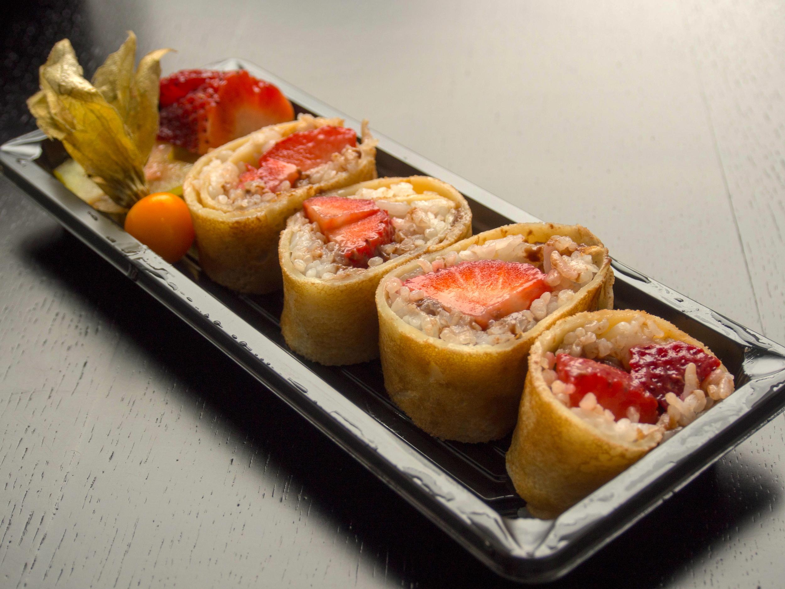 Tak takto nejako vyzerajú sushi palacinky s jahodami.
