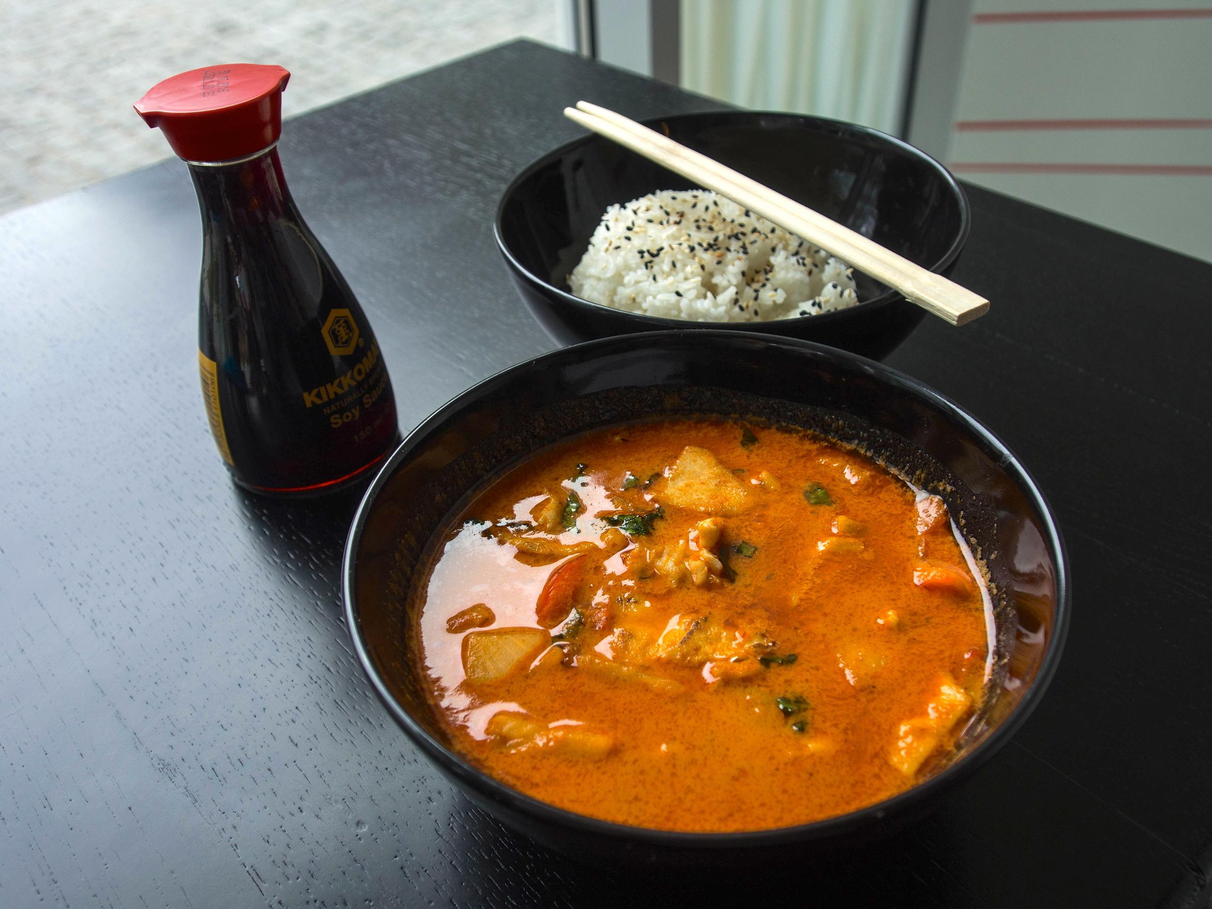 Kuracie červené kari s ryžou.