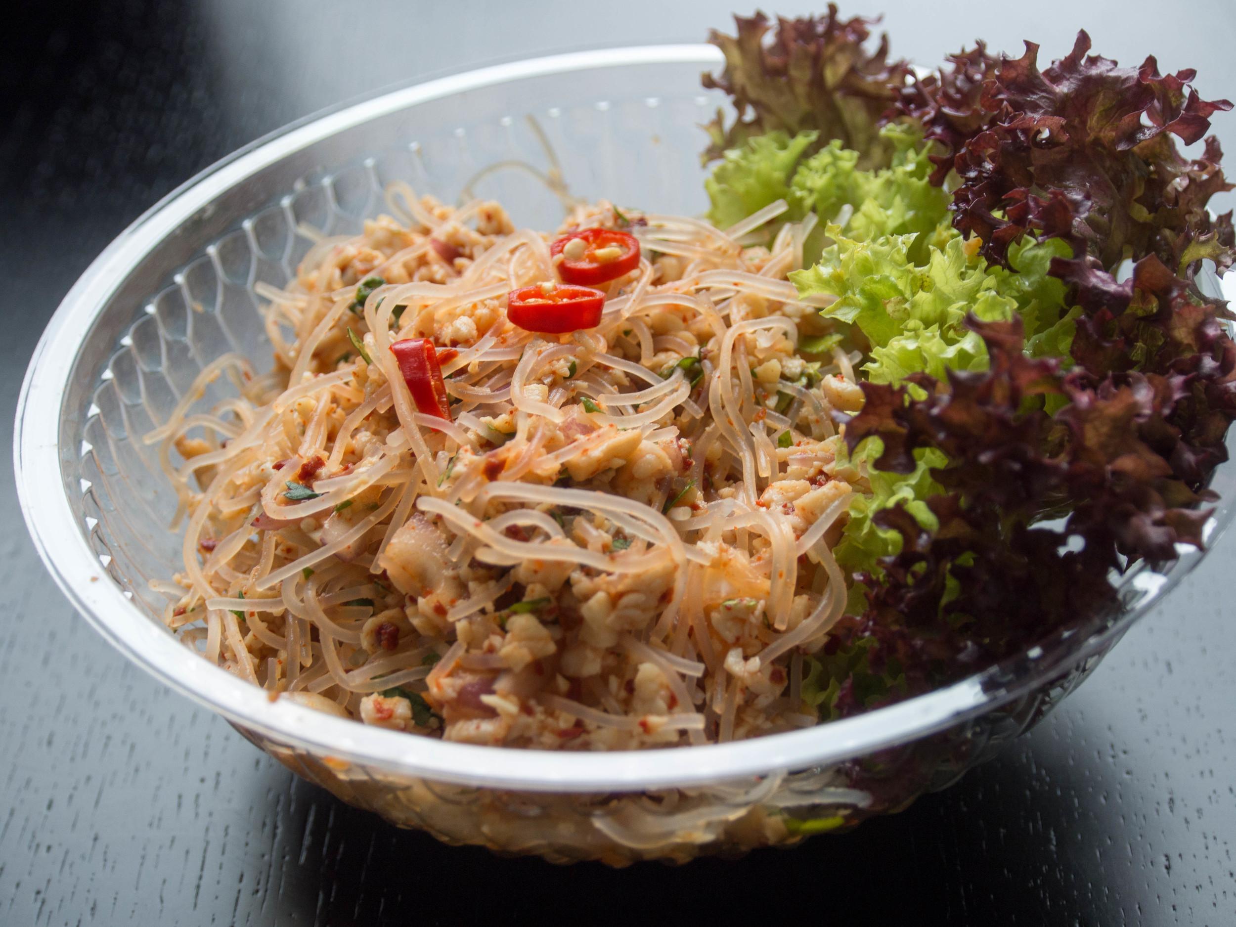 Toto je napríkladYUM WUNSEN KHAI - pikantný kurací šalát, sklené rezance + koriander, chilli a šťava z limetiek.