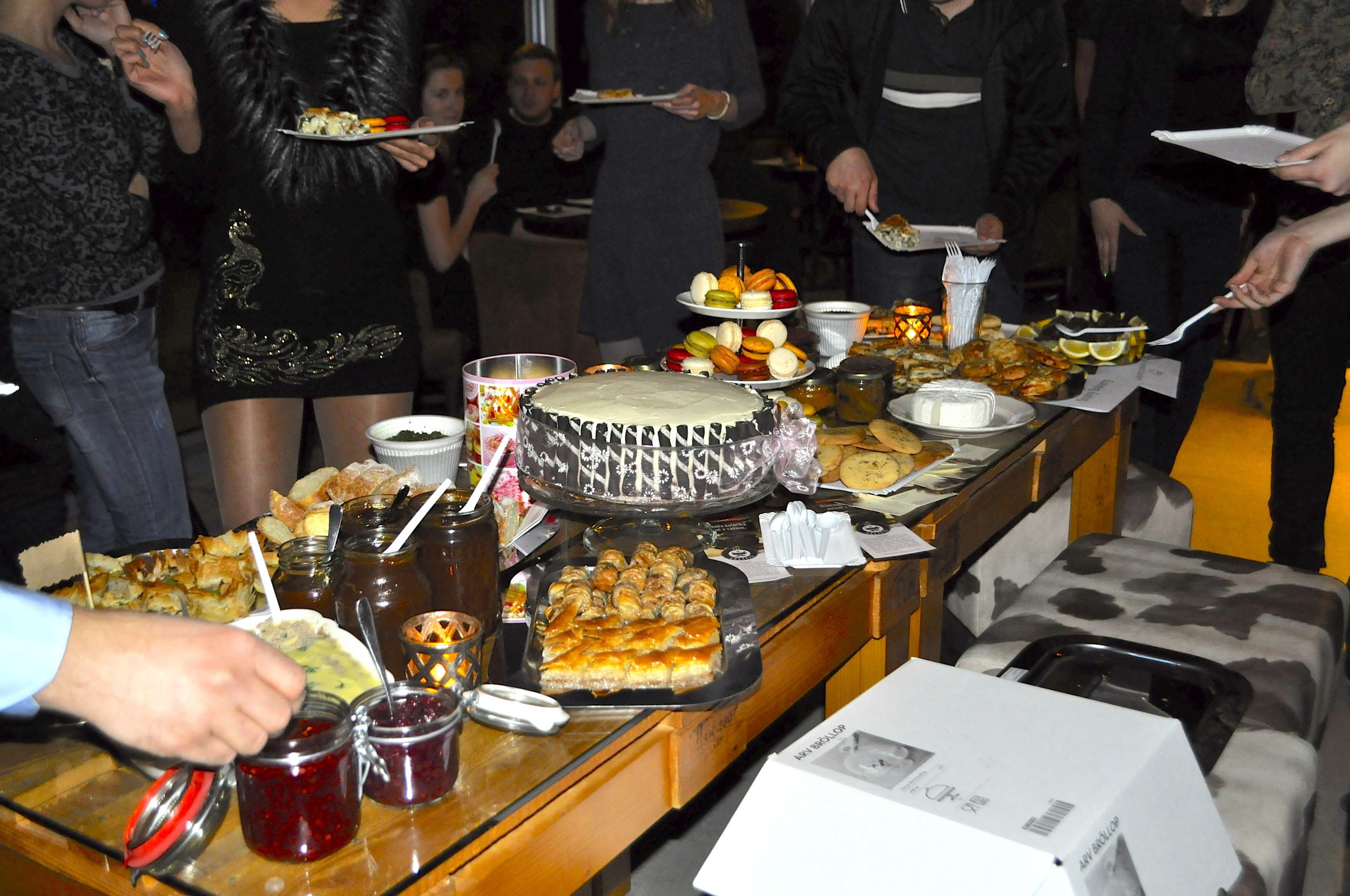 Jedla bolo oveľa viac, len sme precenili možnosti tohto stolíka. :)