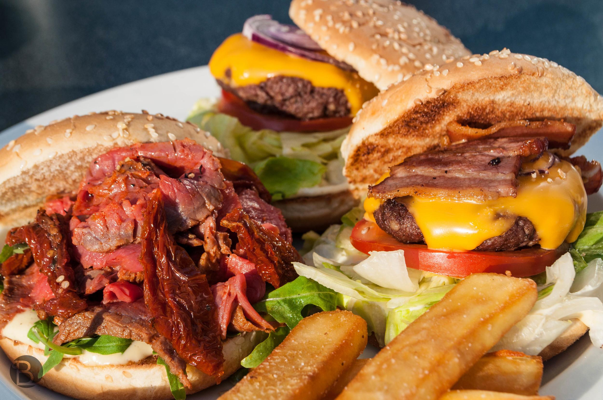 Burgery v ich 70% zmenšenine, aby sa zmestili na tanier.