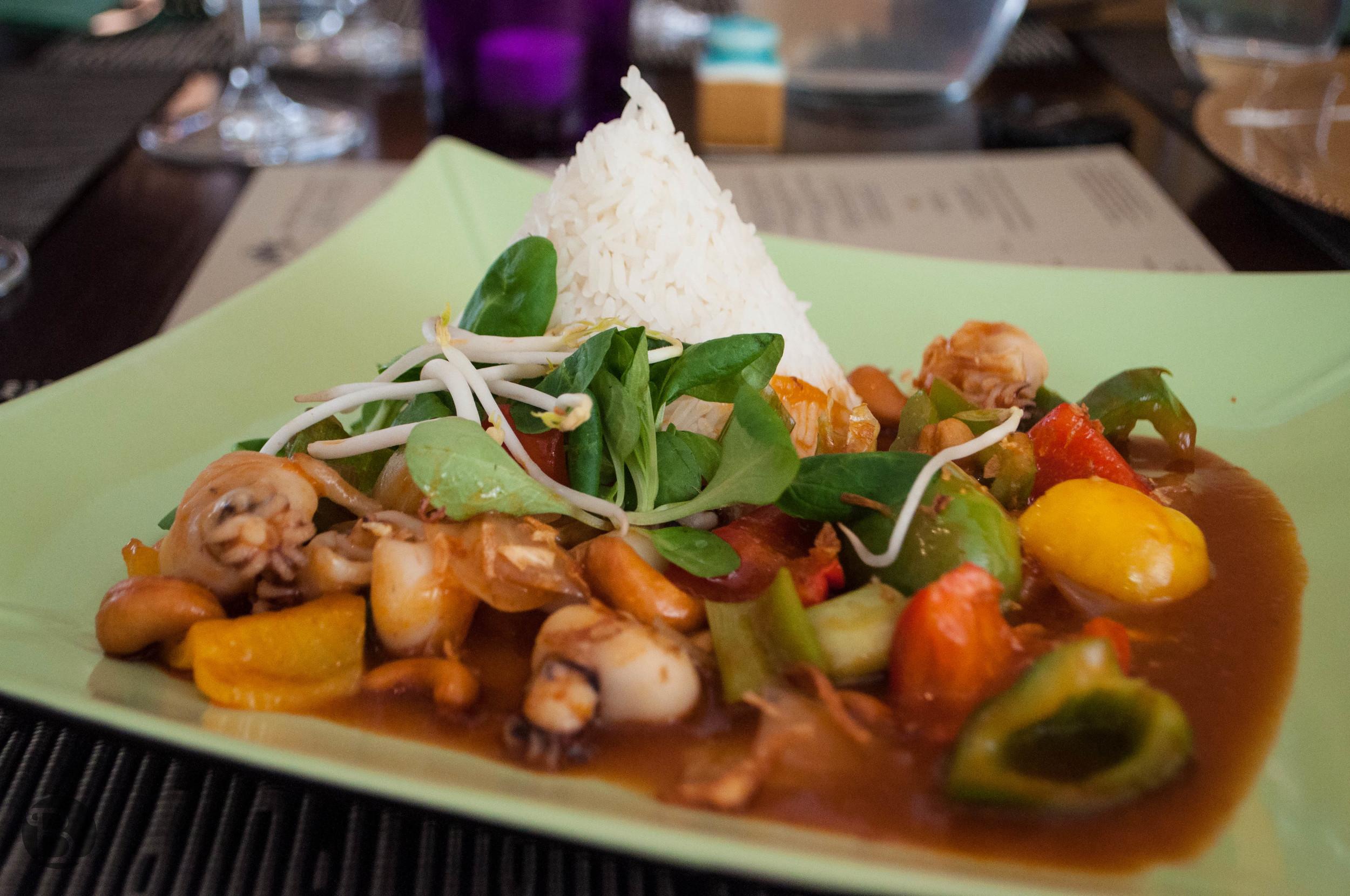 Restovaná chobotnička s kešu, zeleninou a ryžou.