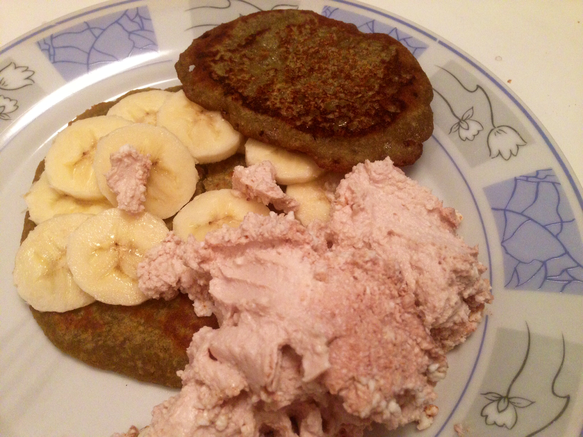 pretínové palacinky s banánmi, tvarohom s kakaom a medom. Na prd fotka, ale chutí dobre.
