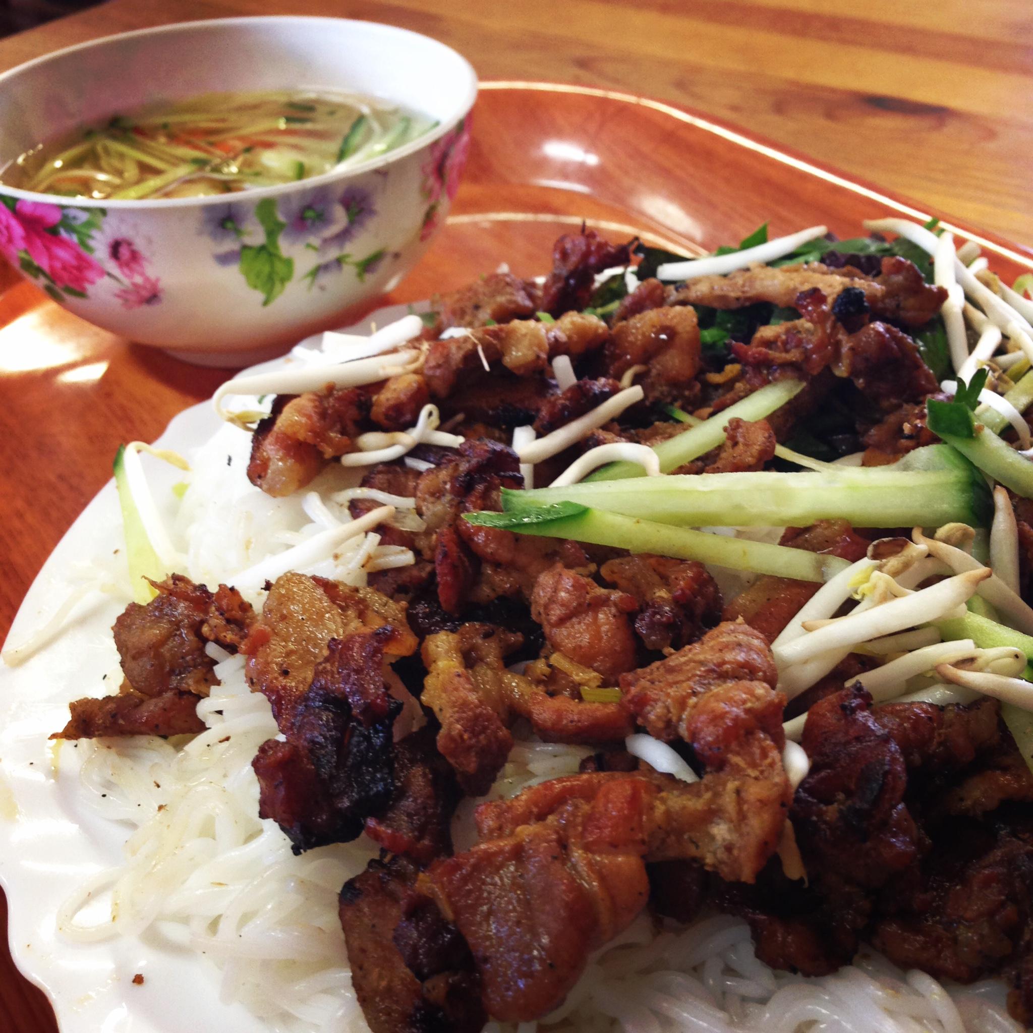 Toto grilované mäsko chytíš, namočíš, zješ. Bun Cha Mieng.