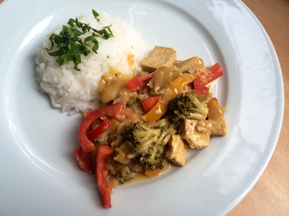 vegánska orientálna zelenina s tofu a ryžou