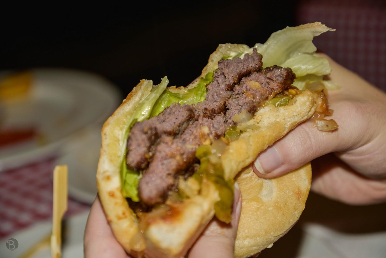 2x 150g hovädzie mäsko, BBQ omáčka, opražená cibuľka, paradajka, listový šalát, kyslé uhorky, kečup, majonéza.