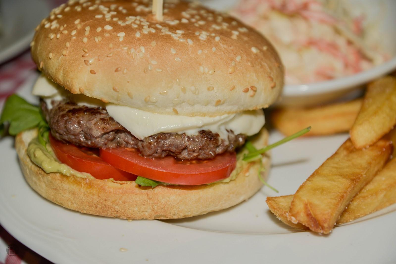150g hovädzieho mäsa, mozzarella, pesto, paradajka, guacamole, rukola