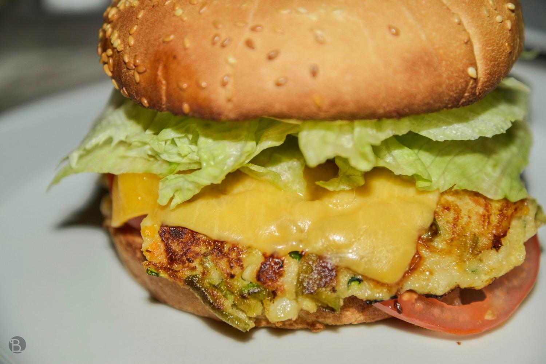 """150g vegetariánskeho """"mäska"""", cheddar,paradajka, listový šalát, opražená cibuľka, majonéza, kečup"""