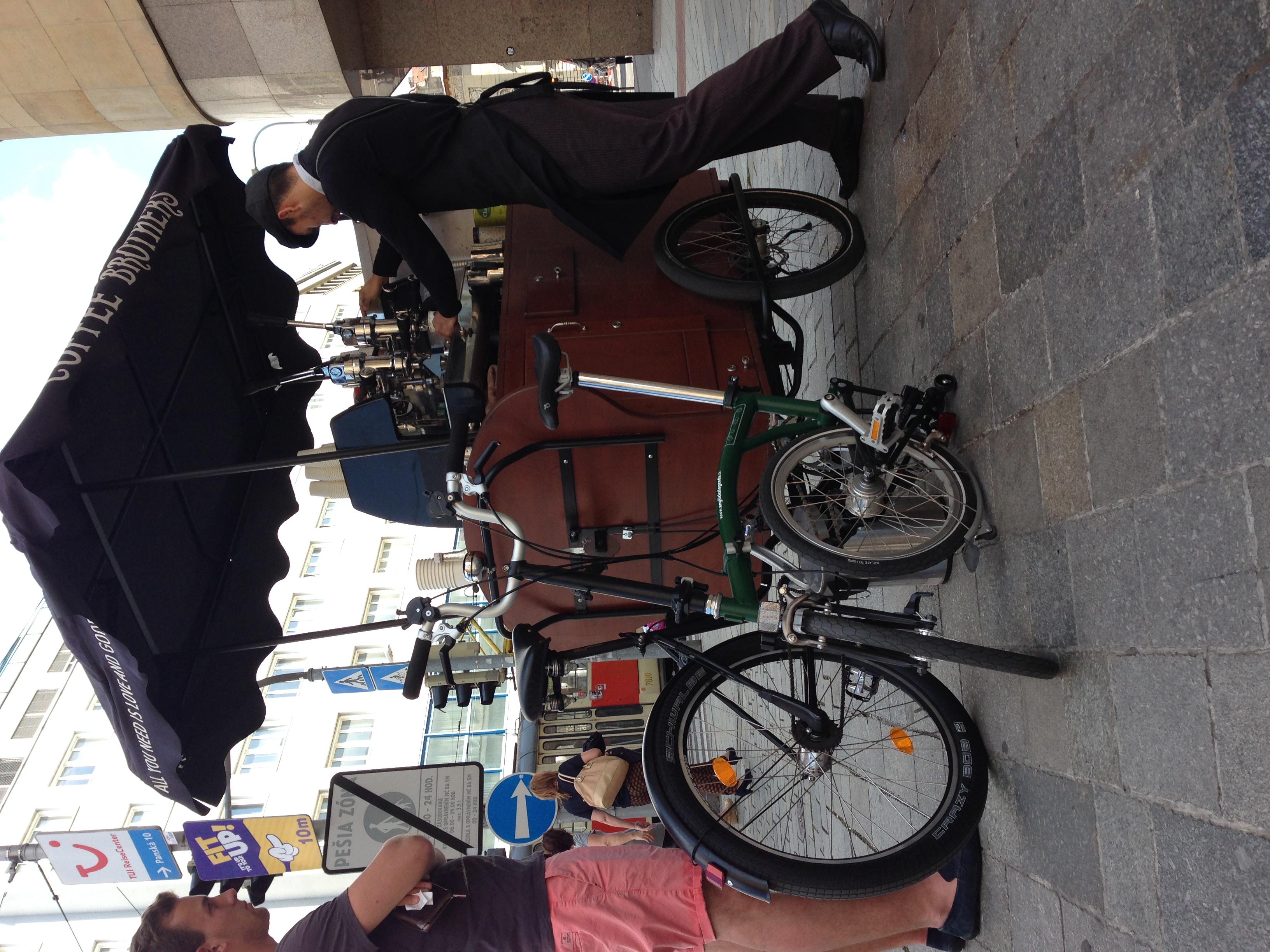 """Bike k biku a už sú kamoši! Takto vyzerá Brompton pri """"stacionárnom"""" móde - zložený jedným ťahom len tak, aby stál."""