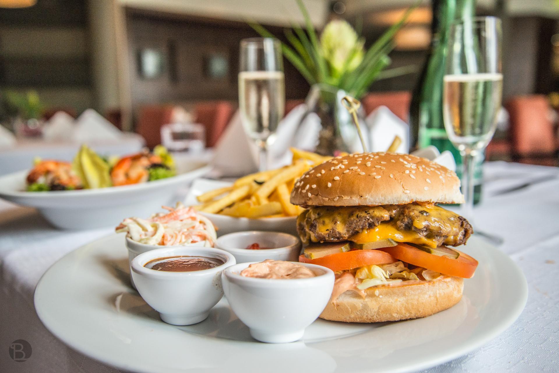 Ku všetkým sendvičom a burgerom je podávaná obrovská porcia hranoliek.