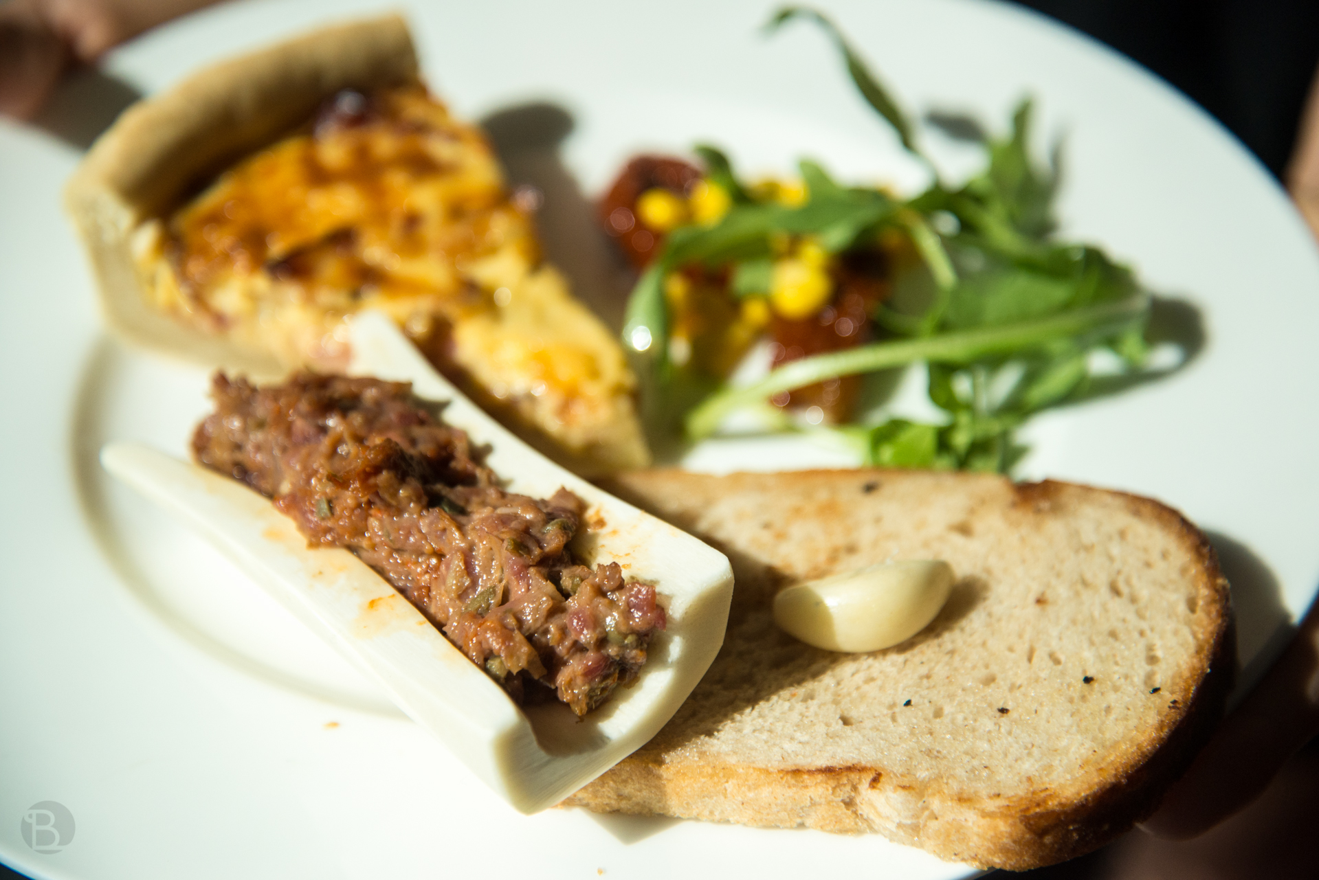 Brutálny quiche, tatarák v špikovej kosti, zeleninka, hrianka a cesnak.