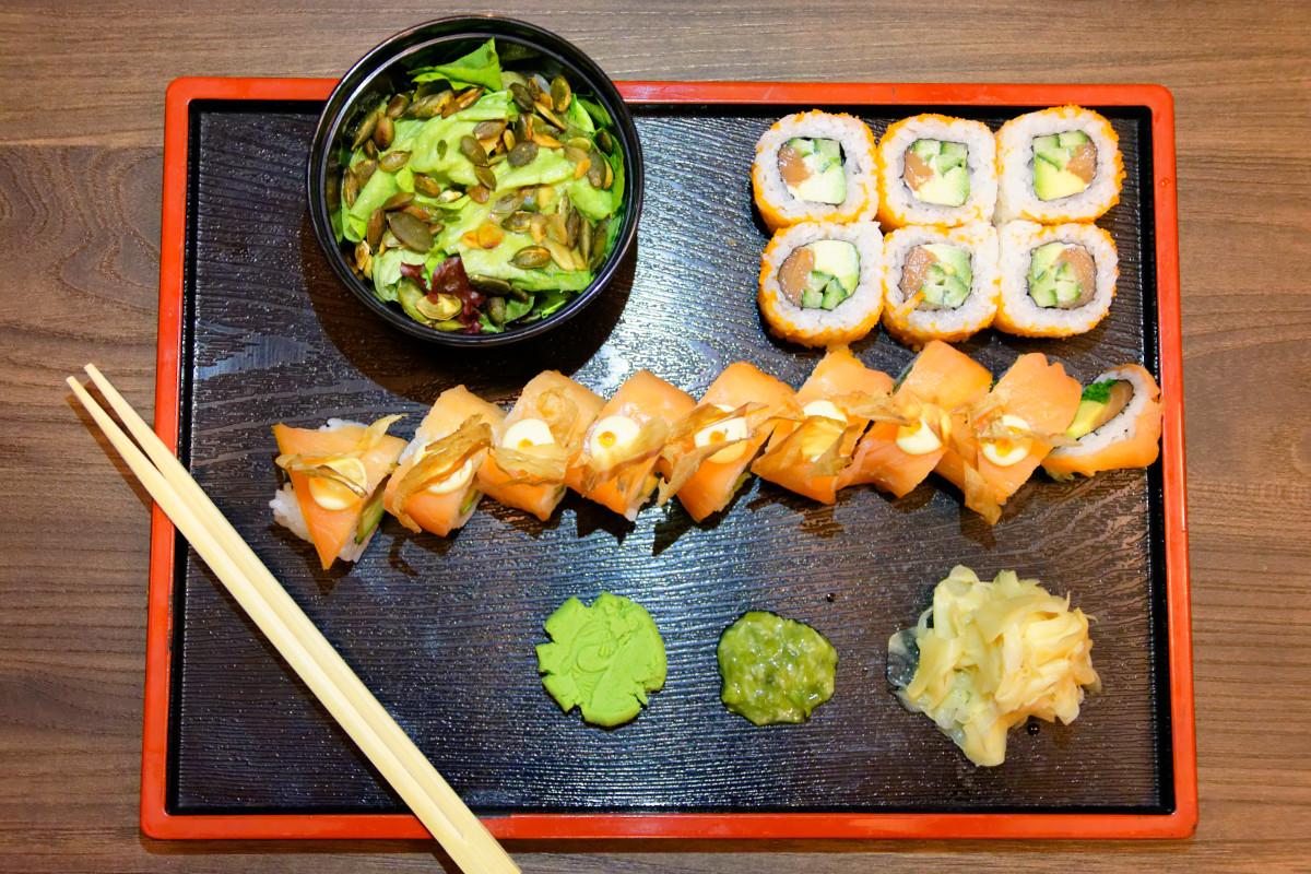 Sushi, neuveriteľne návykový šalát, wasabi pasta, wasabi, pravý zázvor.