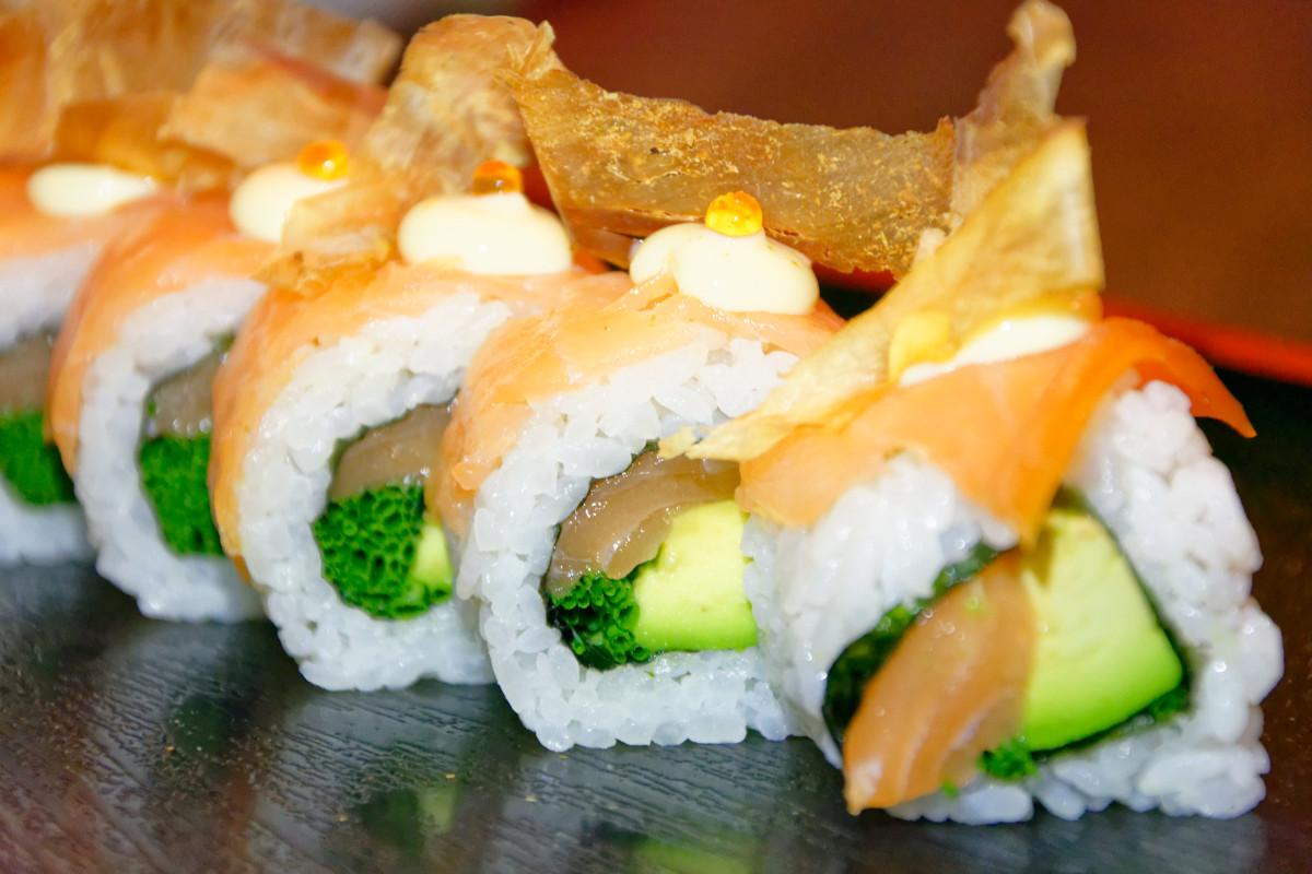 Zástup nádherného a skvelého sushi kompletne z lososa, okrem ryže a zeleniny. Duh.