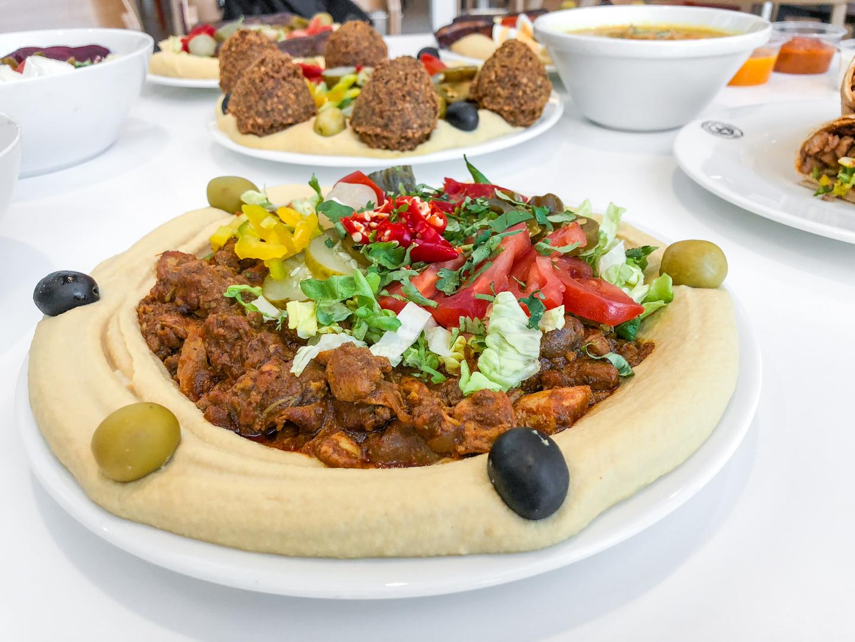 Jerusalem: Fotili sme pri veľkej hummus party, ktorú sme zbúchali v auparku. Bola to hromada jedla :D