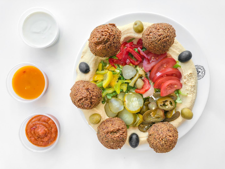 Falafel Hummus: to je jedlo kľudne aj pre dvoch. Pepso to síce zvládne sám, ale potom celý deň fučí.