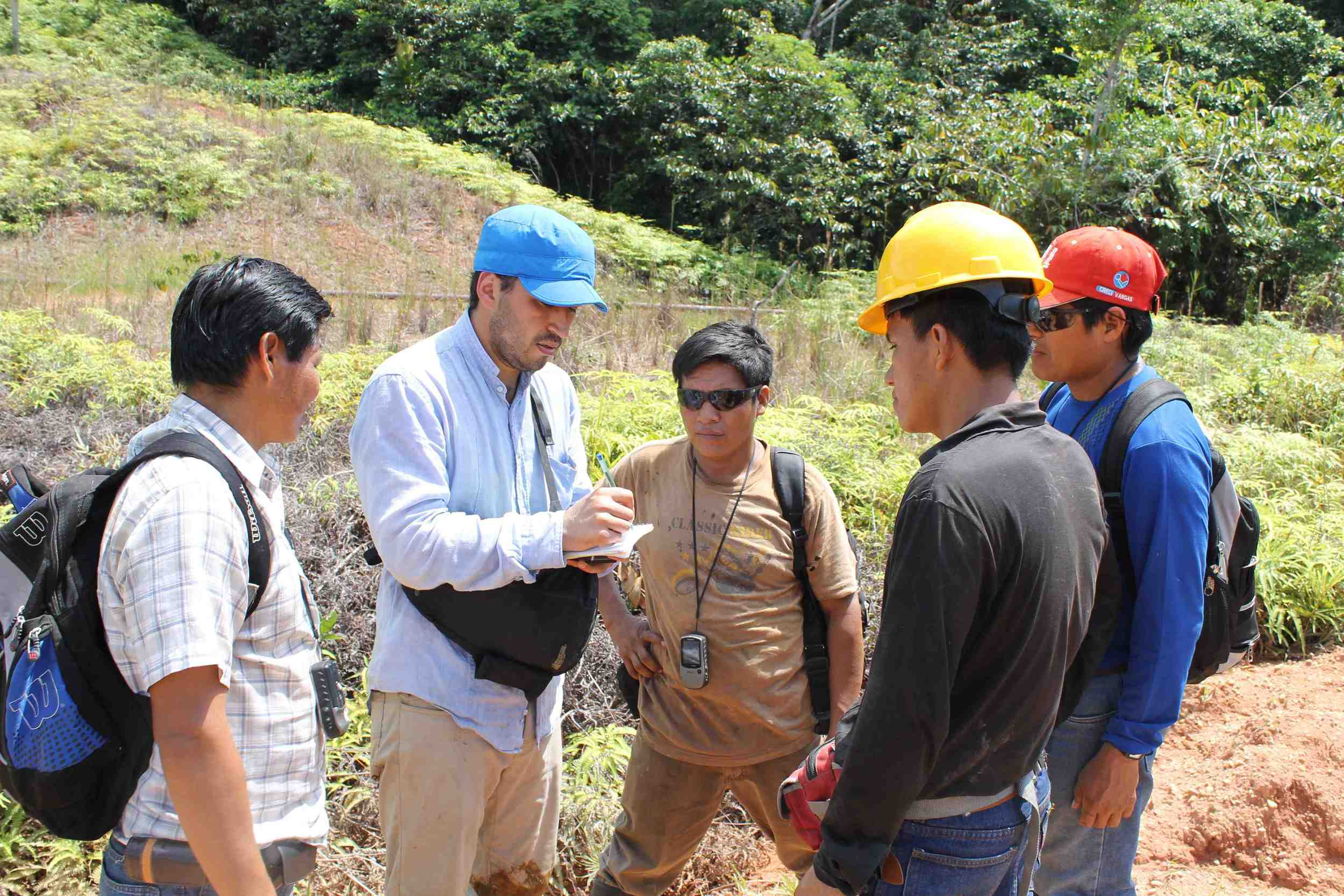 Ricardo Segovia training environmental monitors in the Pastaza watershed