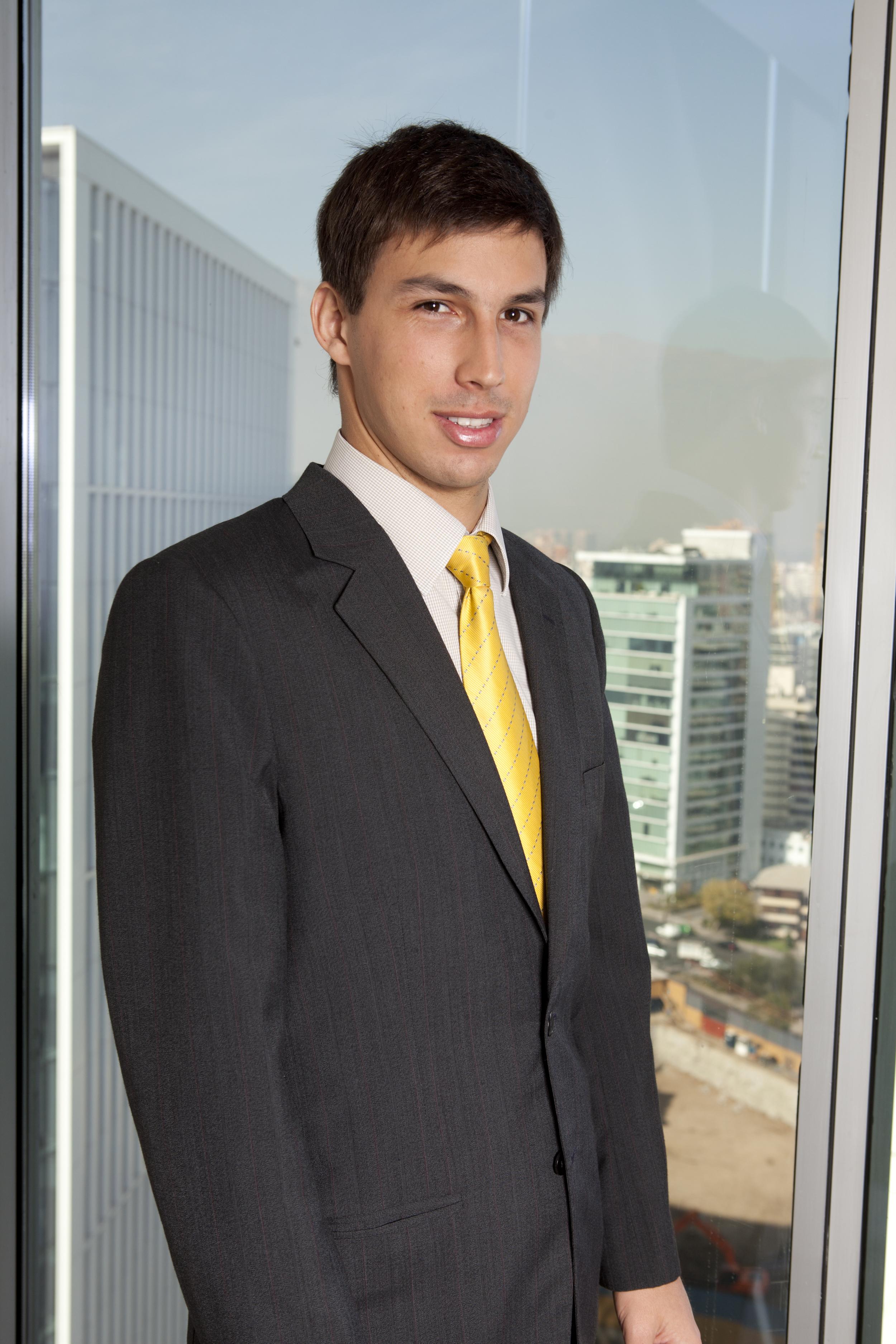 Joshua Barten Economista. Trabaja en una consultora de negocios en Chile mientras entrena expositores a larga distancia. Le gustan los deportes que utilizan una tabla. Vive en Santiago.