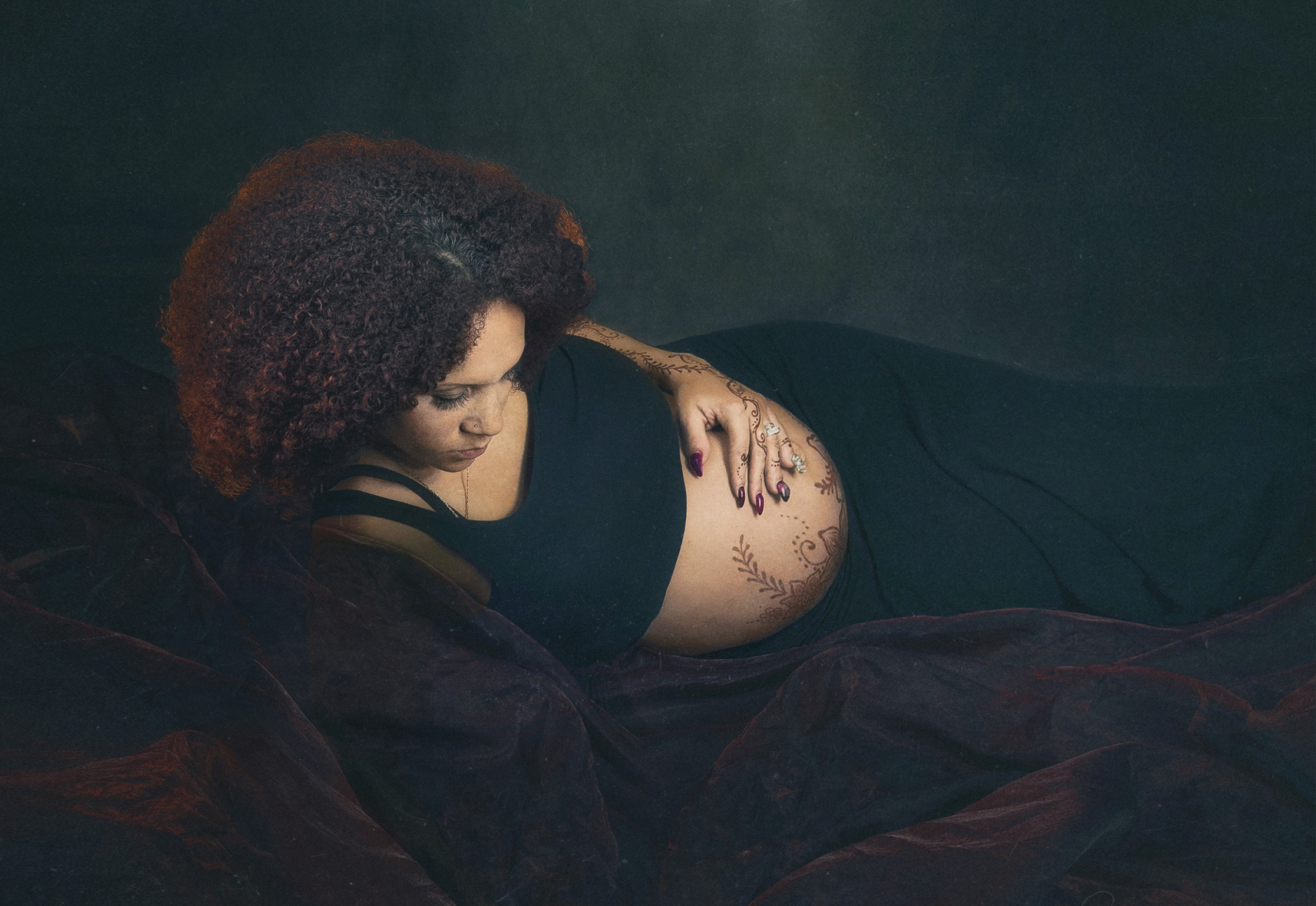 It's photos like this one make me wonder whether I should go back to taking pregnancy photos against dark background.