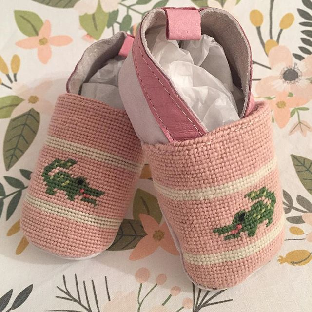 Cannot handle this cuteness!! Baby's first pair of needlepoint shoes🎀💚 #pinkandgreen #babygirl #needlepoint #babybooties #socute #bypaige #iviebaby #preppystyle