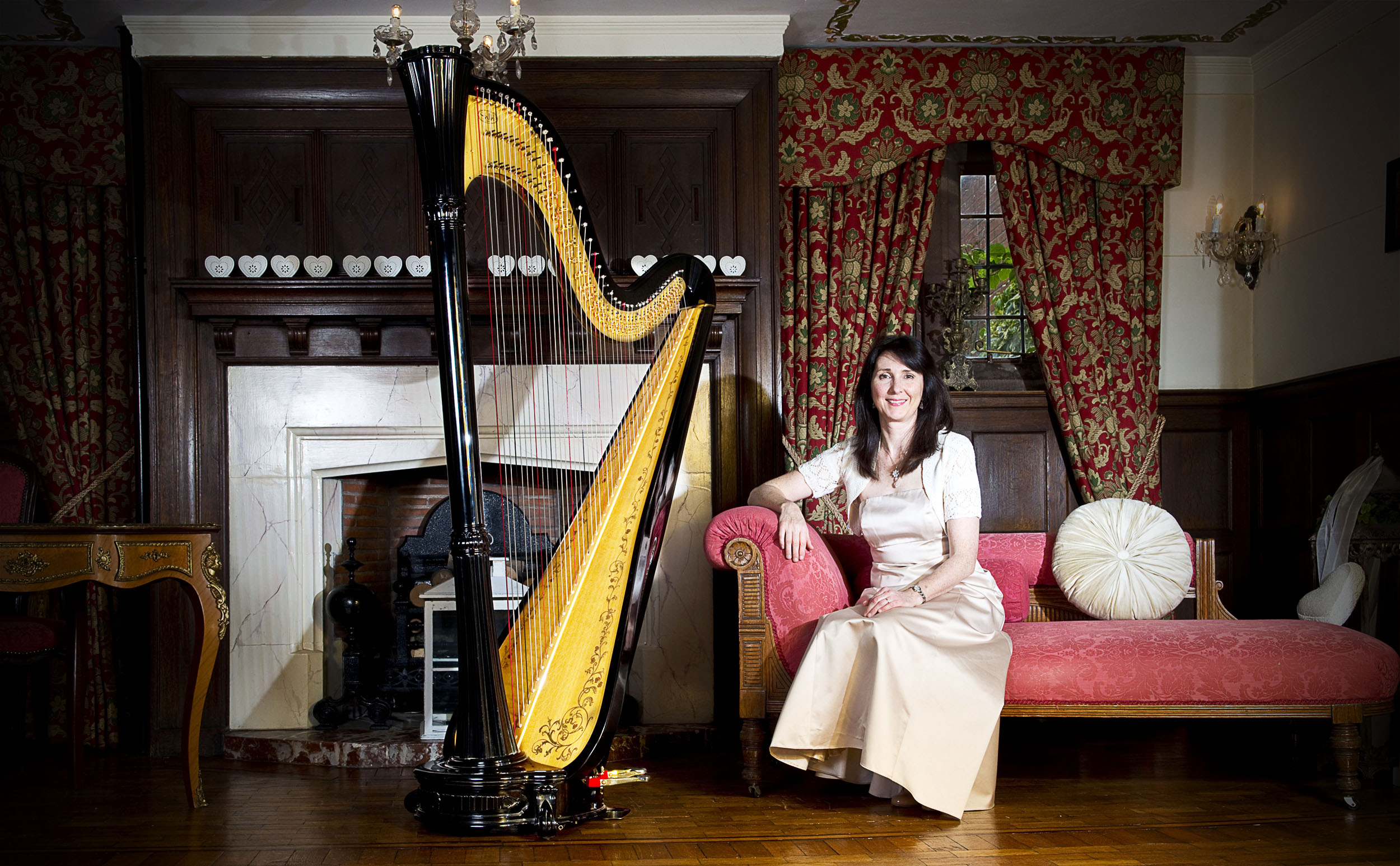 Oona is a successful freelance harpist