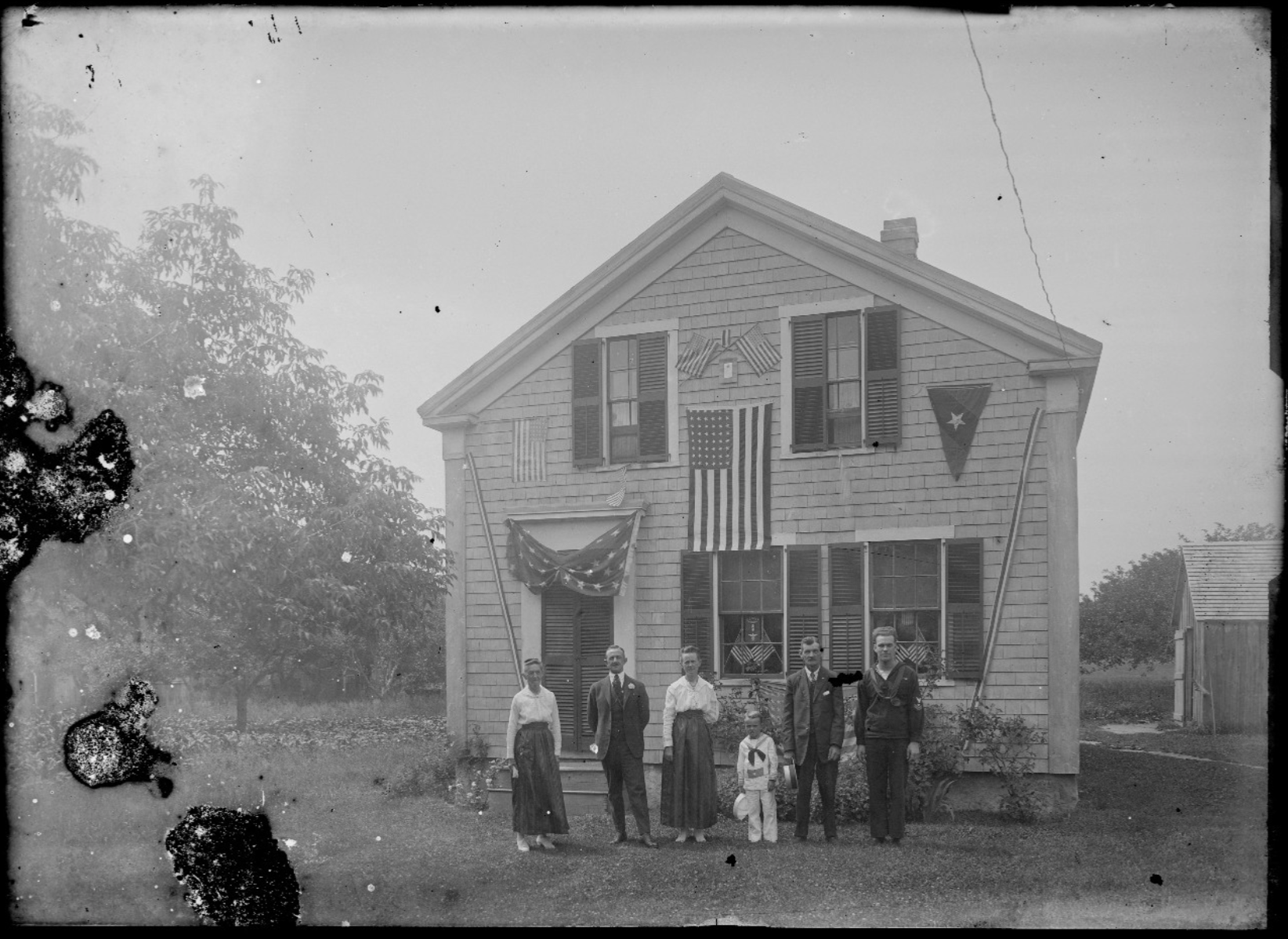 4th of July waiting for the parade, 1908. Photo by Edward Lee Luce