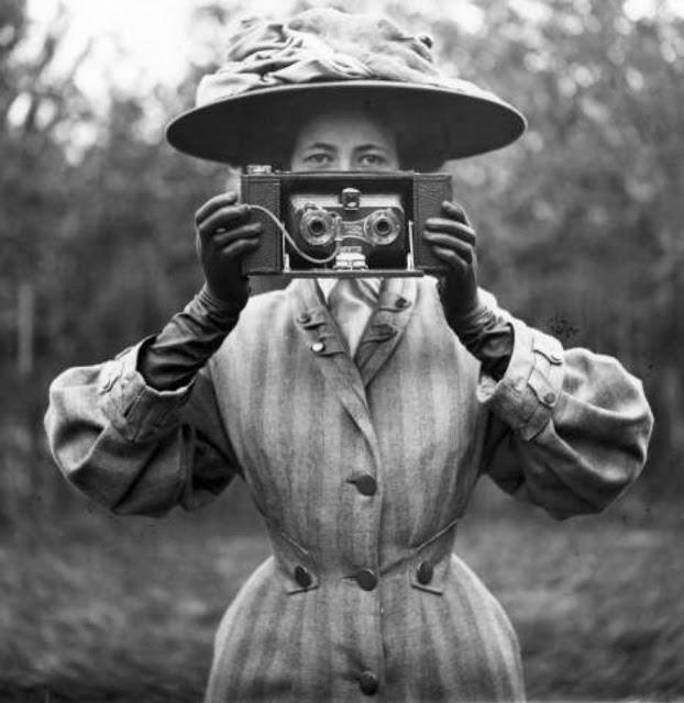 Victorian Women Behind Their Cameras (23).jpg