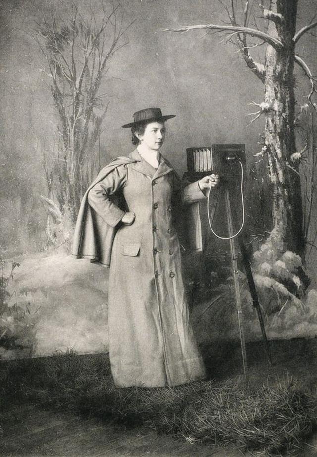 Victorian Women Behind Their Cameras (1).jpg