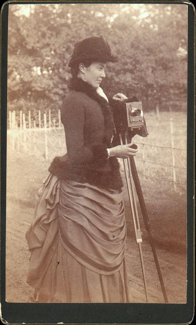 Victorian Women Behind Their Cameras (5).jpg
