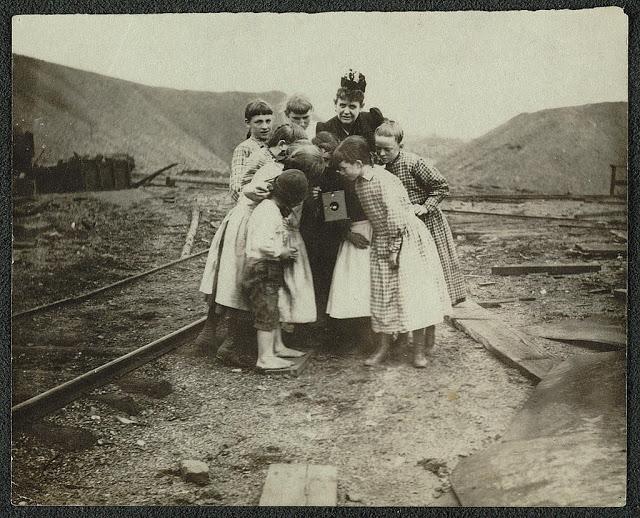 Victorian Women Behind Their Cameras (15).jpg