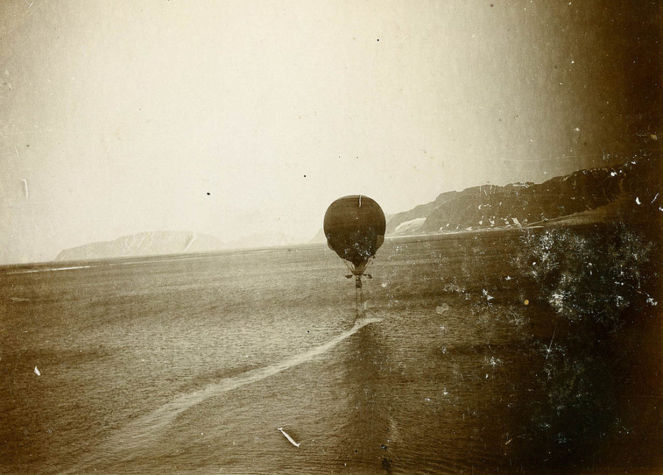 Moments after take off the balloon loses two steering ropes weighing a half ton each. Photo: Perspektivet Museum