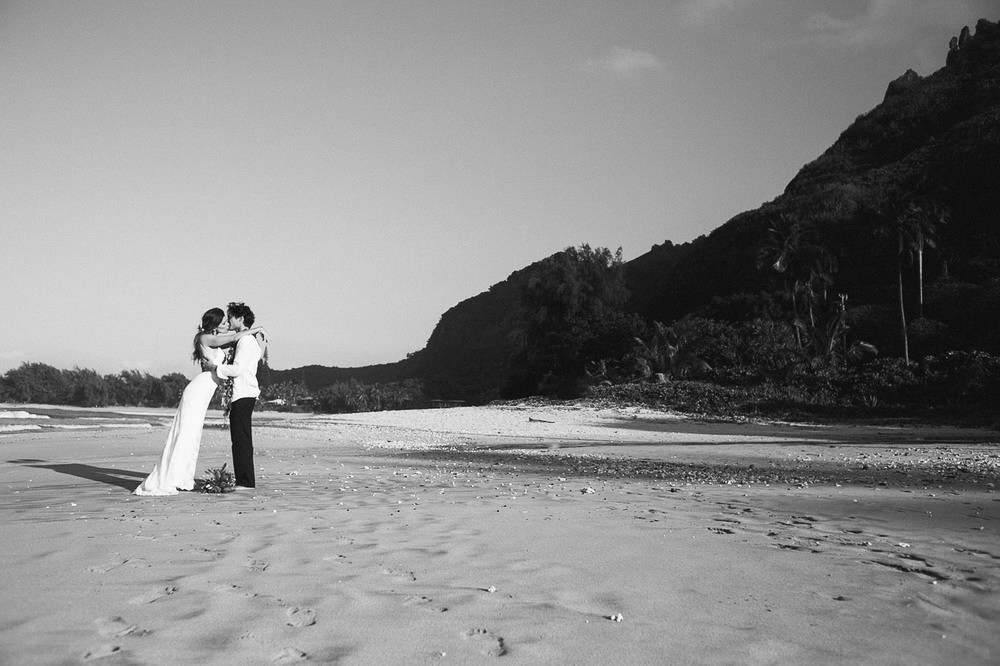 Tunnels Beach Wedding-30.jpg