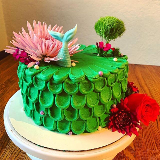 you guys 💗 I mean, seriously. if you need a fab cake for that special event, you have coming up... I know someone. my sis is killin' the game 🧜‍♀️💚 #Repost @lollie2020 ・・・ Piper's mermaid cake! Fresh flowers substituting for coral 💜💚💗Surprise piñata cake for her in the middle when she cuts into it. #cakesbylollie #mermaidcake #mermaidscales #freshflowers #mermaidtail #underwater #touchofglitter #pinatacake