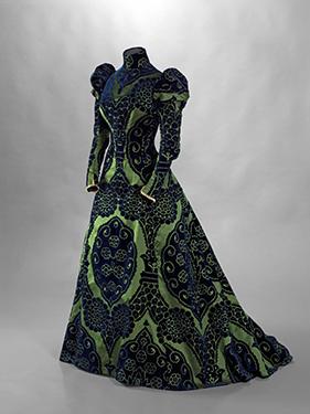 House of Worth, tea gown, blue cut velvet on a green satin ground, Valenciennes lace, circa 1897. © Stéphane Piera/Galliera/Roger-Viollet.