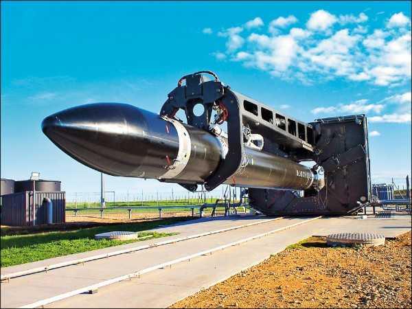 圖為擁有九個火箭噴嘴的「電子」被運往發射台。(歐新社)