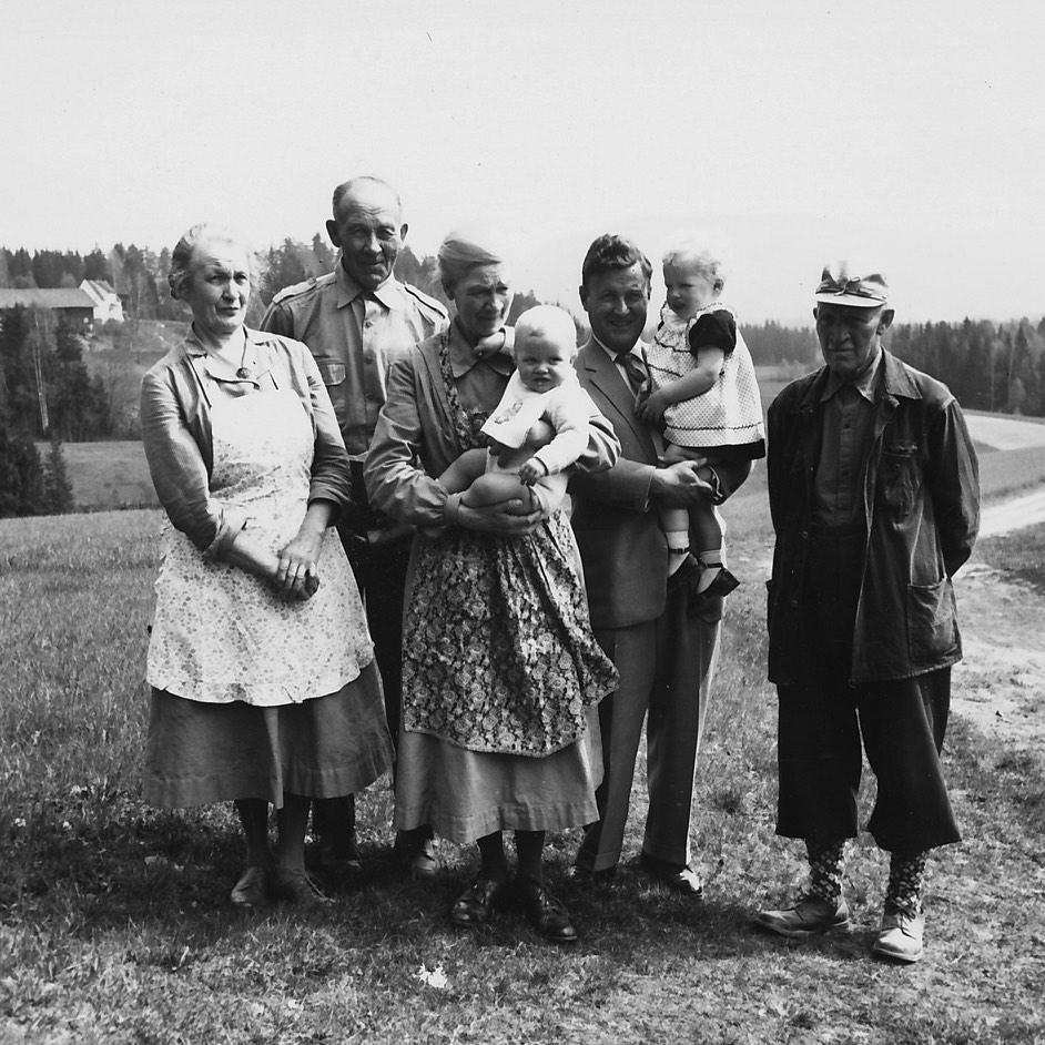 Anna, Gudbrand, Ingeborg med lille Thor på armen, pappa med meg og Ola.