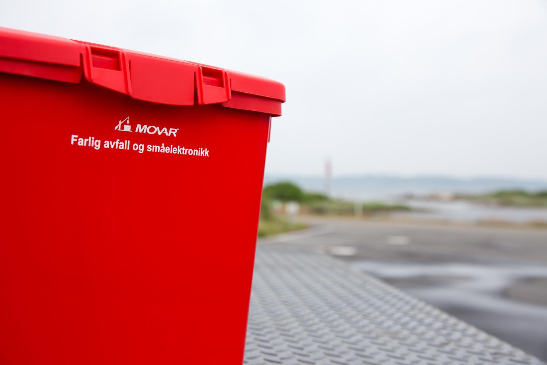 MOVAR tilbyr også en rød boks til å samle opp miljøfarlig avfall i.